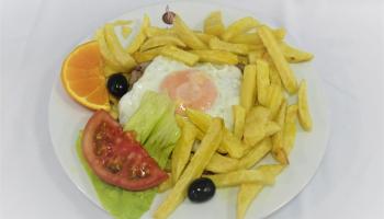 bife grelhado com ovo